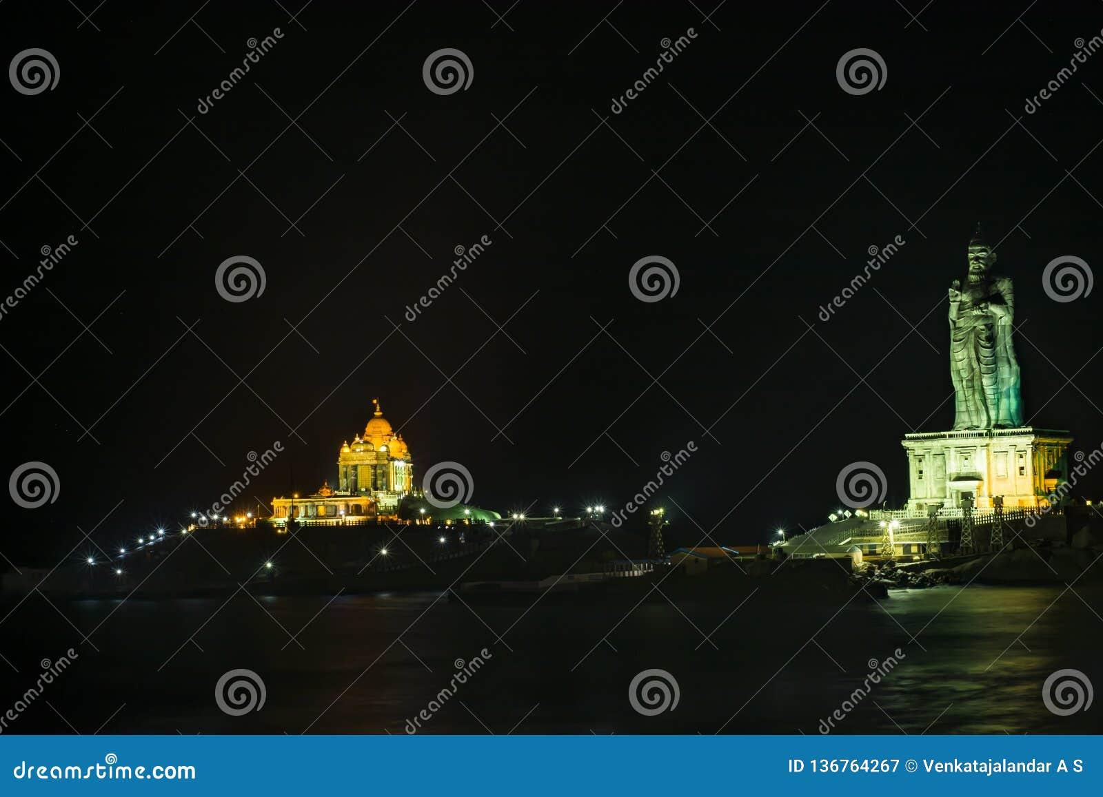 Ноч-взгляд обитый звездой мемориала утеса Vivekananda и статуи Thiruvalluvar