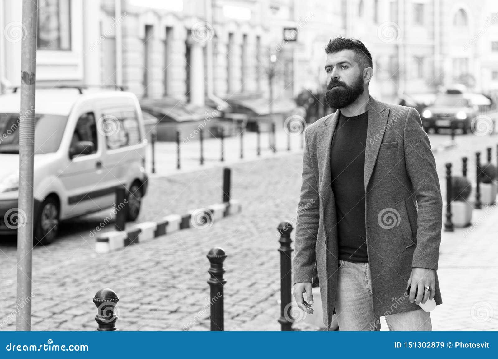 Нужно такси Такси бизнесмена улавливая пока стоящ outdoors городская предпосылка Непринужденный стиль хипстера человека бородатый