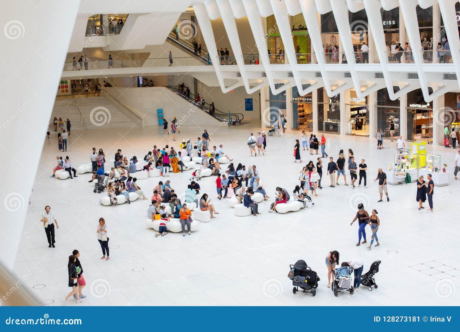 НЬЮ-ЙОРК - август 2018: Внутренний торговый центр Westfield Oculus во время занятого дня, эпицентра деятельности транспорта всеми