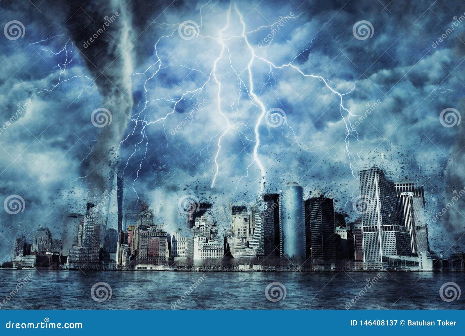 Нью-Йорк во время тяжелых шторма, дождя и освещения в Нью-Йорке