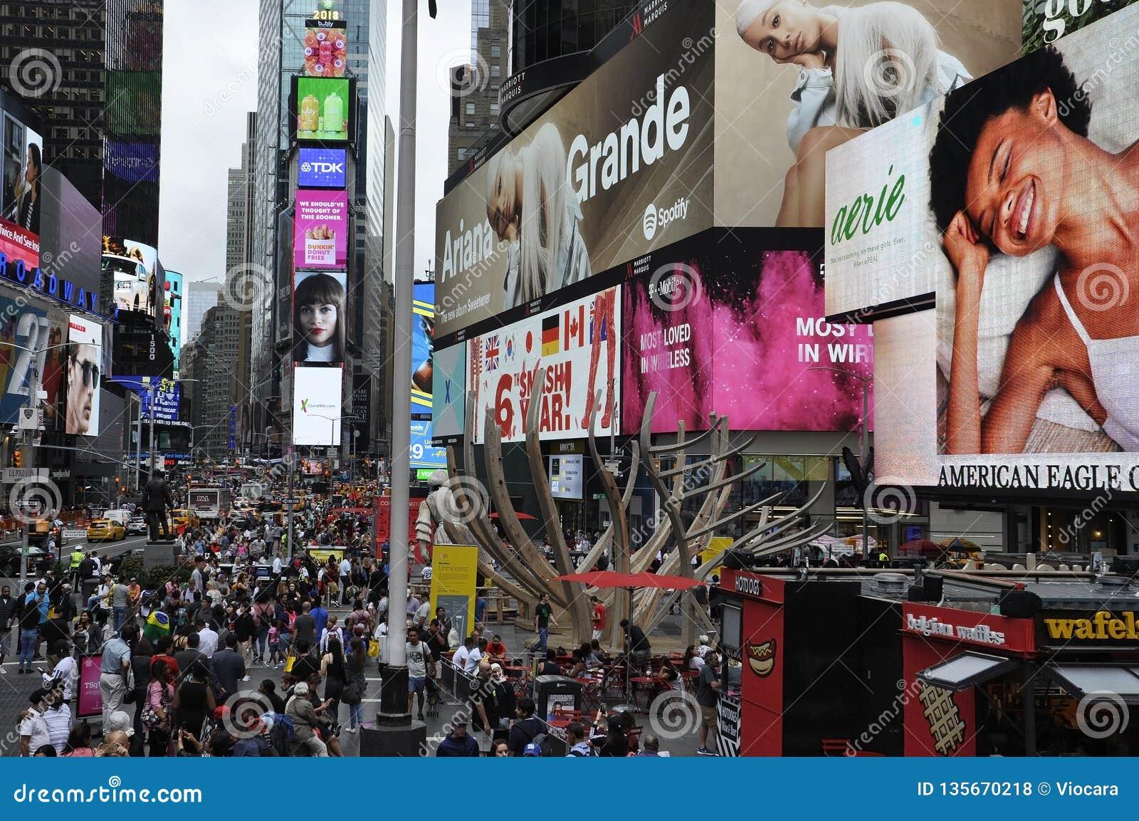Нью-Йорк, 20-ое августа: Фестиваль огней Таймс-сквер от центра города Манхэттена в Нью-Йорке