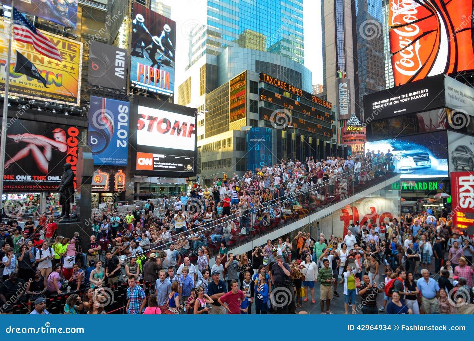 НЬЮ-ЙОРК - 26-ОЕ ИЮЛЯ: Толпитесь веселя модели на шине на улицах Нью-Йорка