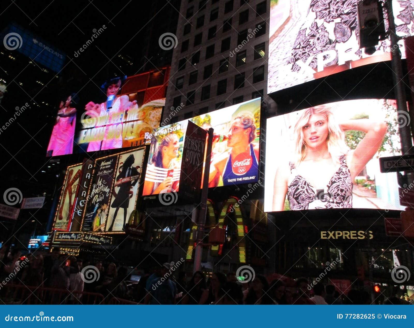 Нью-Йорк, 3-ье августа: Реклама Таймс площадь к ноча в Манхаттане в Нью-Йорке
