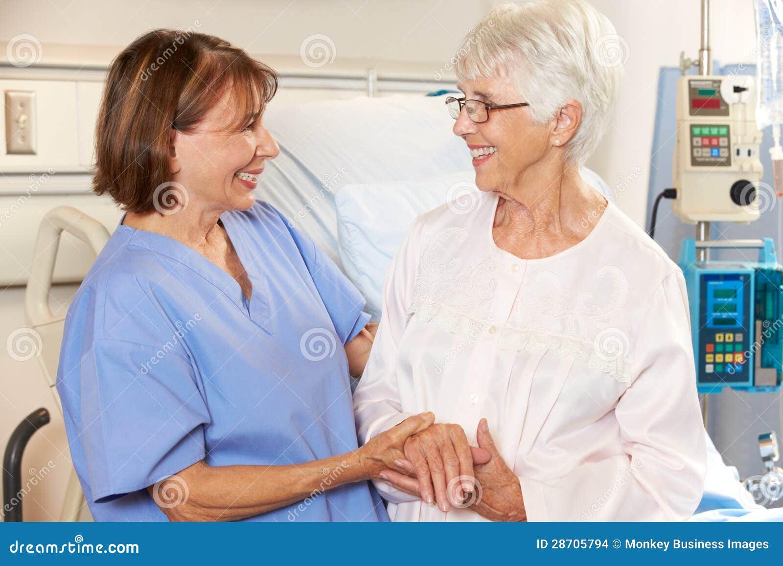 Нюна говоря к старшему женскому пациенту в больничной койке