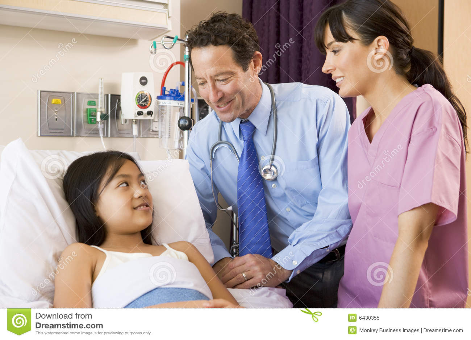 нюна девушки доктора говоря к детенышам