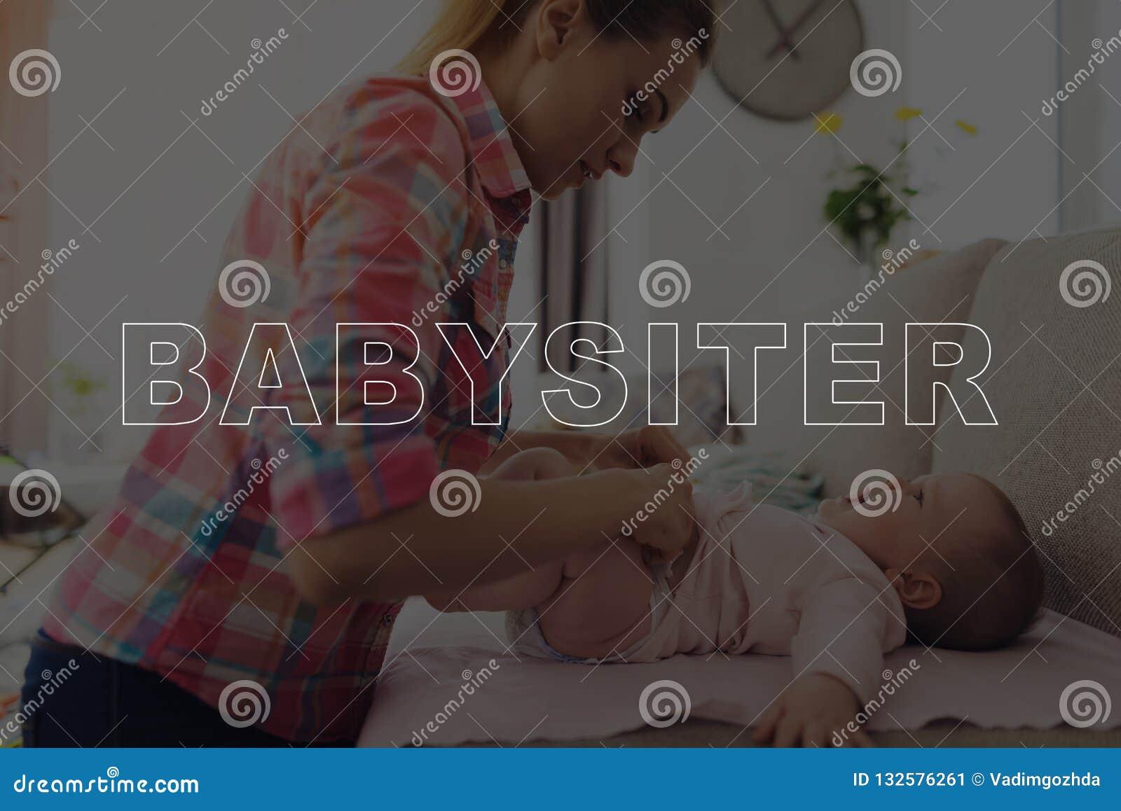 Няня изменяет пеленку милого младенца