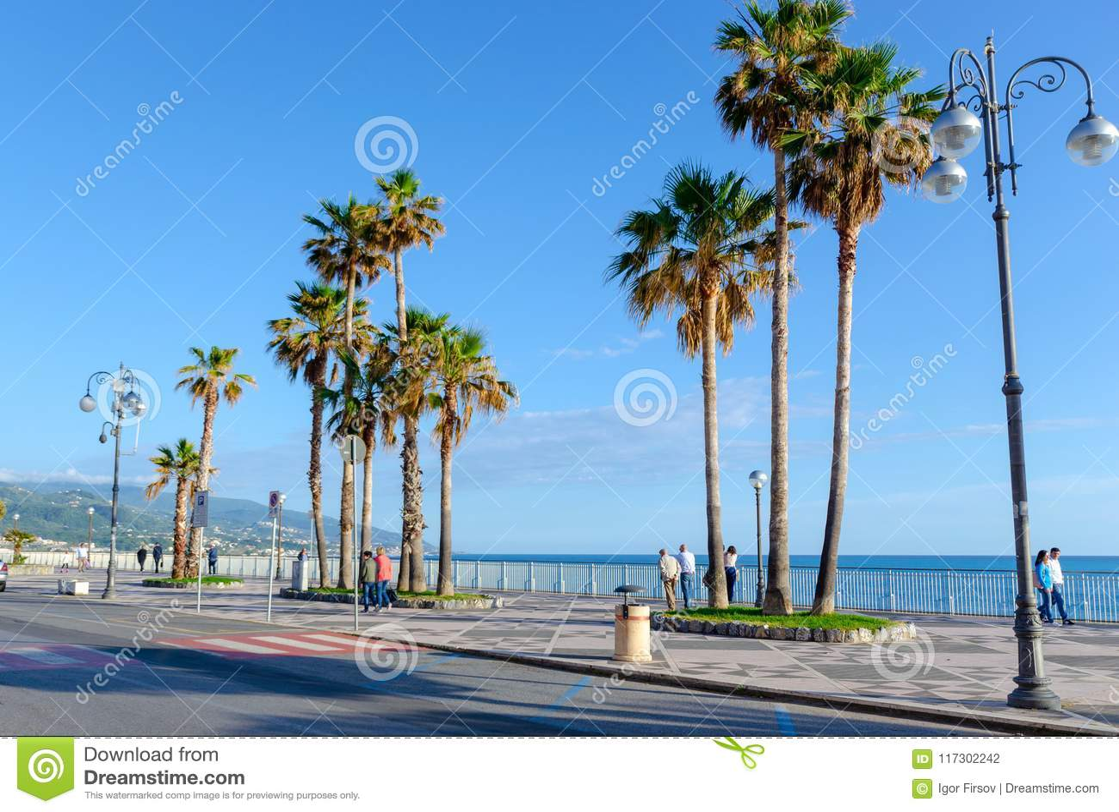 Обваловка города Diamante, Средиземного моря, Калабрии, Италии