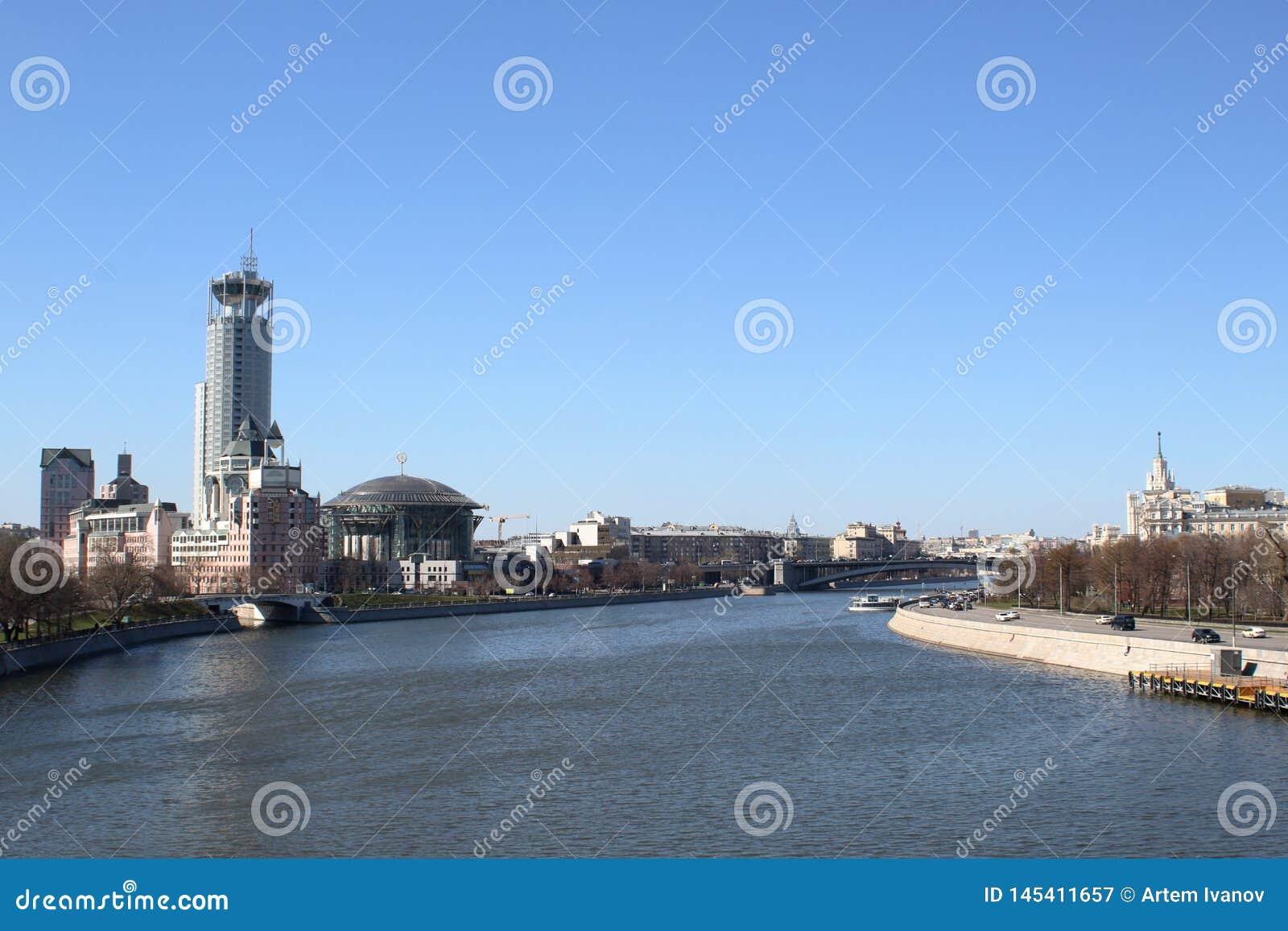 Обваловки реки Moskva с взглядом небоскребов