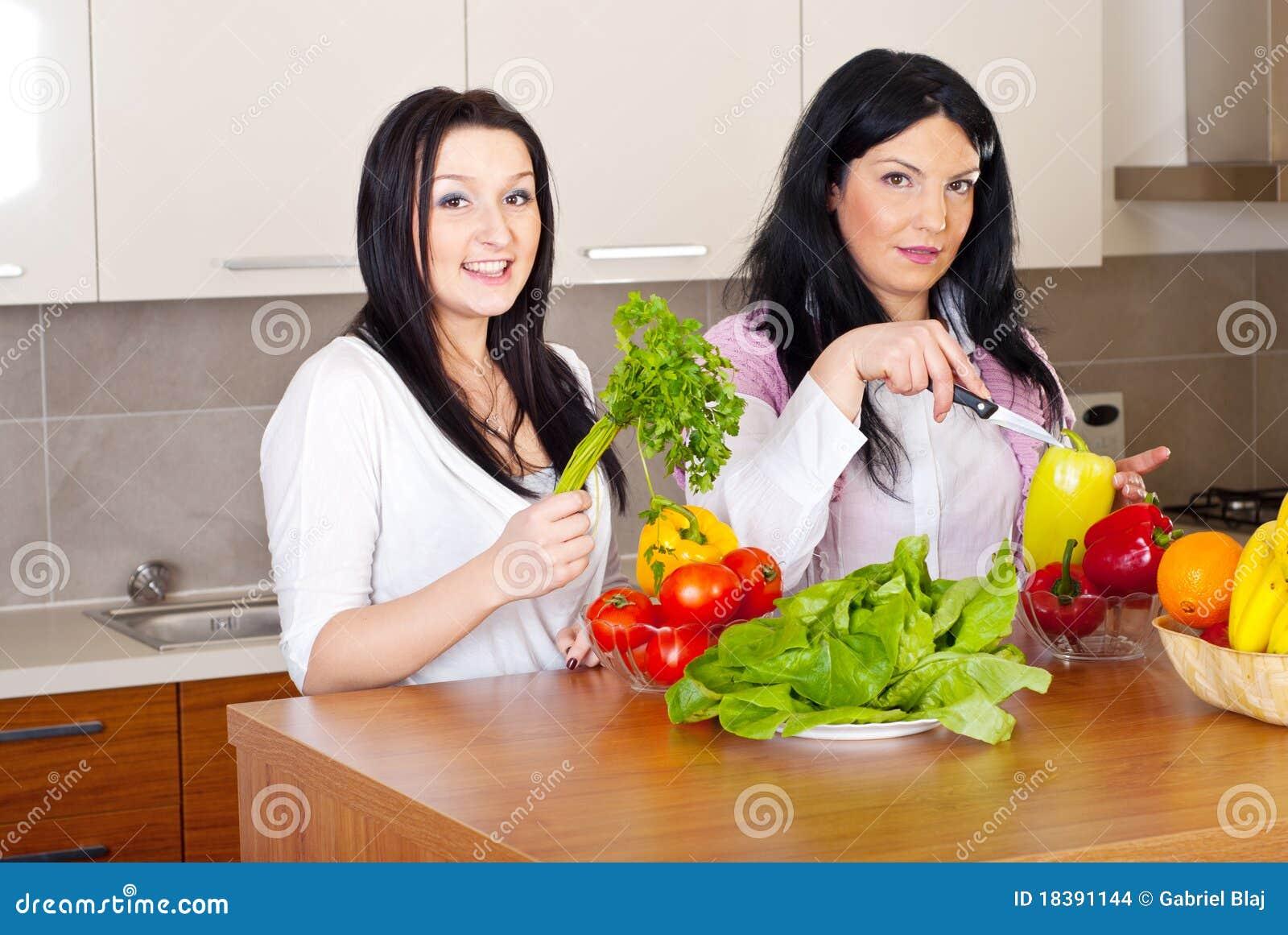 обед подготовляет 2 женщин