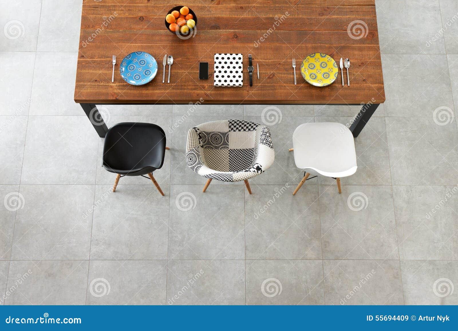 Обедать деревянный стол, плиты фарфора цвета