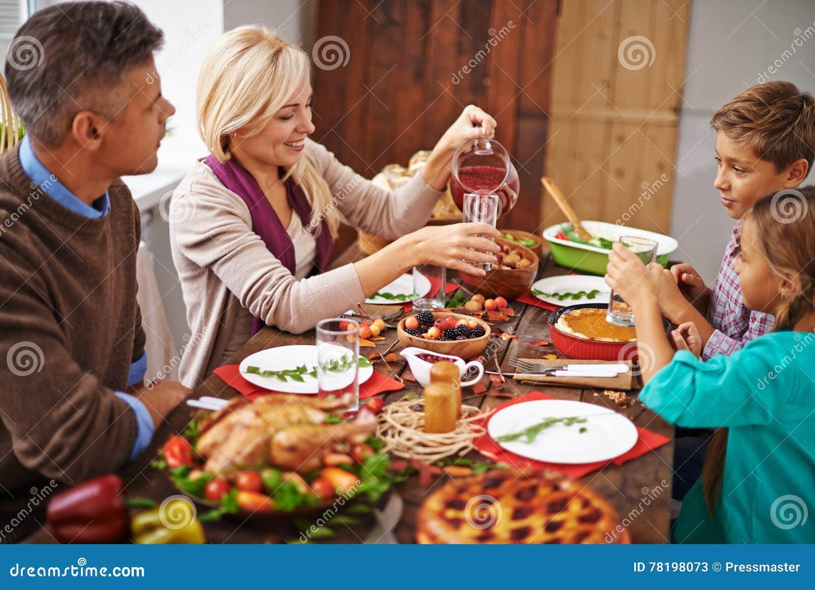 Обедающий благодарения семьи