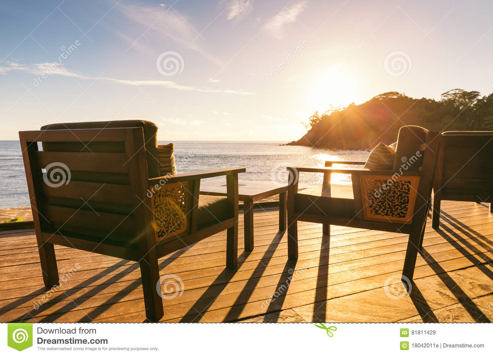 Обеденный стол и 2 стуль на украшать морским путем сторона на выравнивать su
