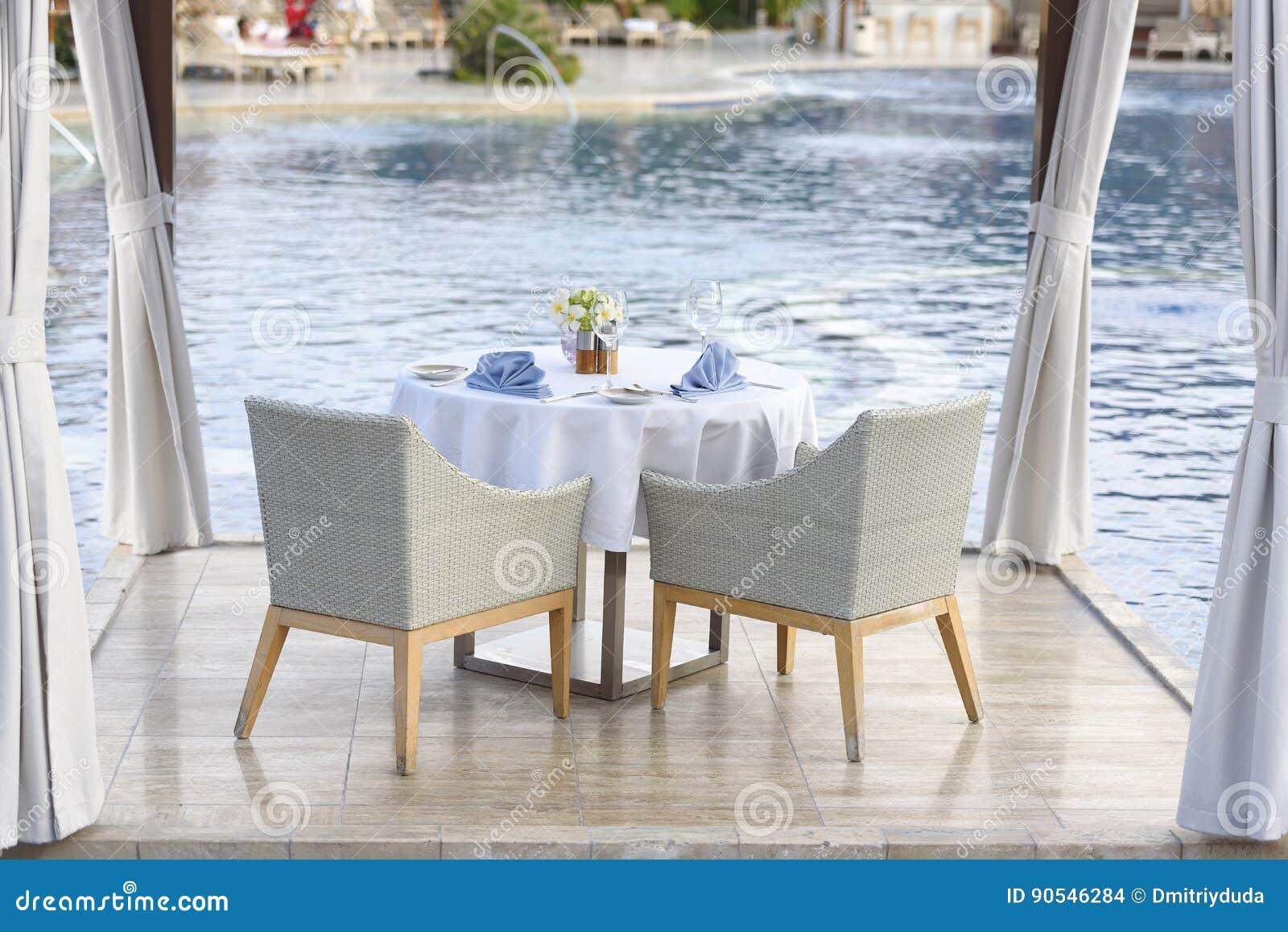 Обеденный стол для пар с белой скатертью