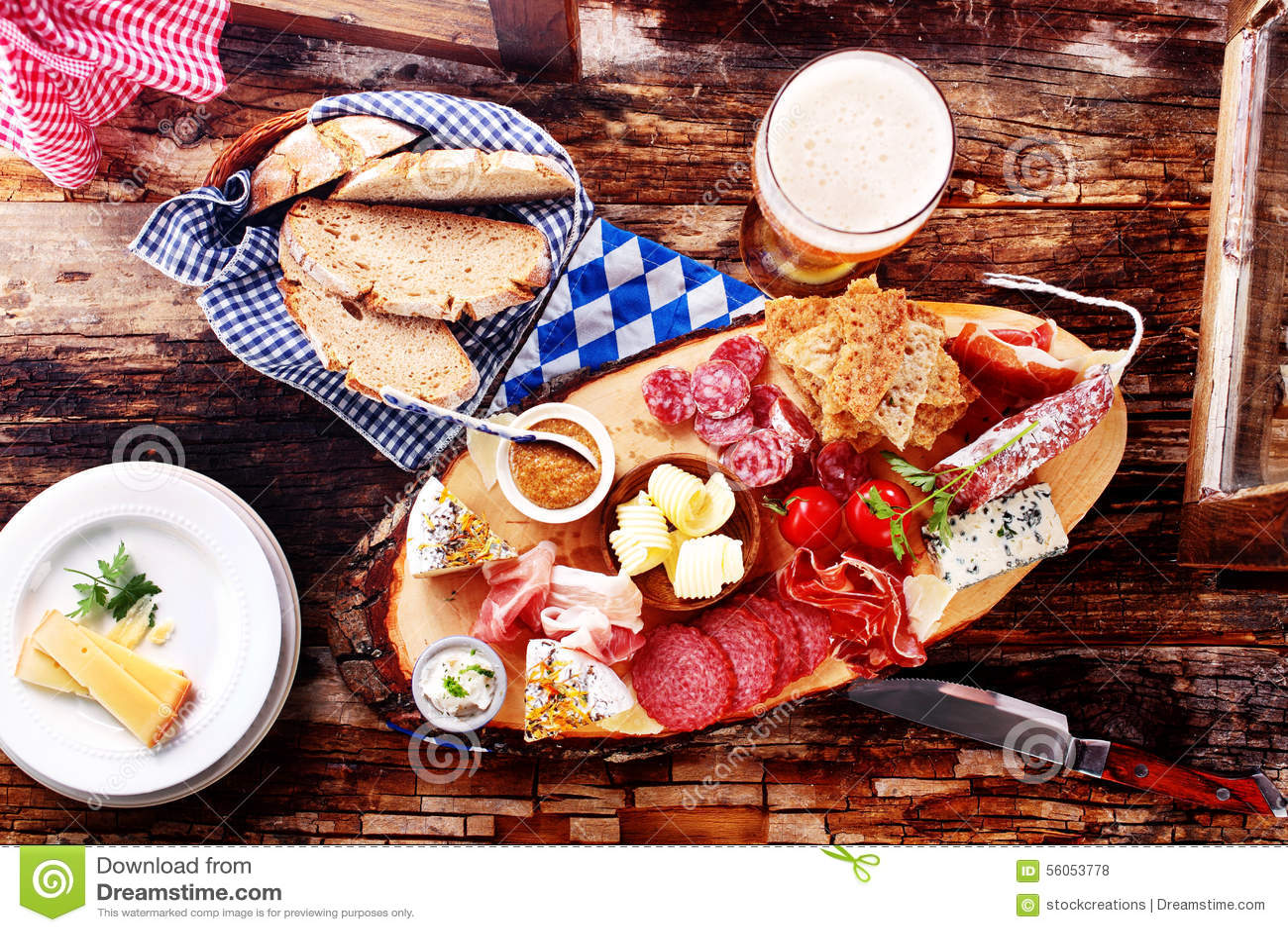 Обед фестиваля пива Мюнхена пива с хлебом, мясом и сыром