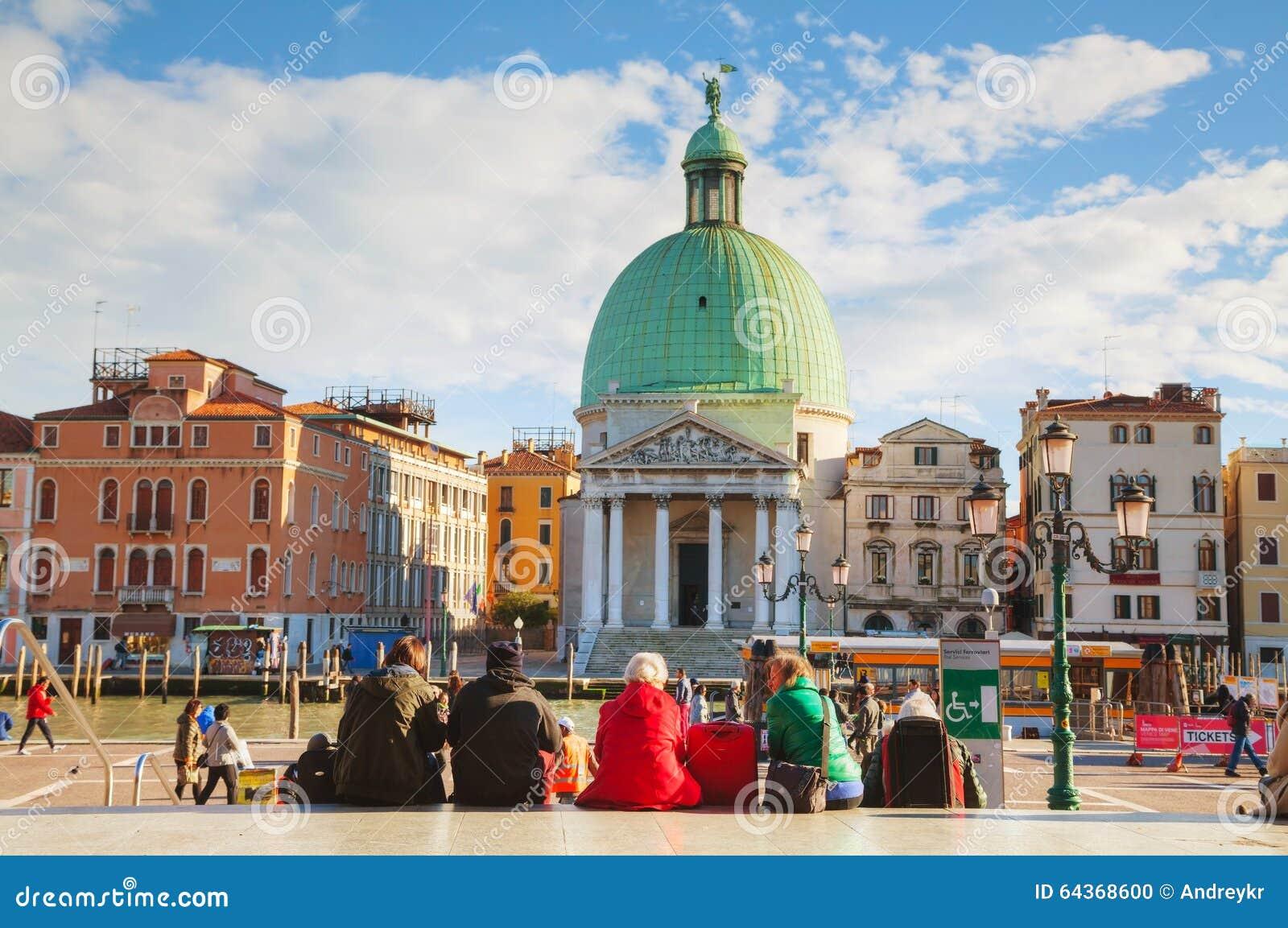 Обзор Венеция, Италия с туристами около вокзала