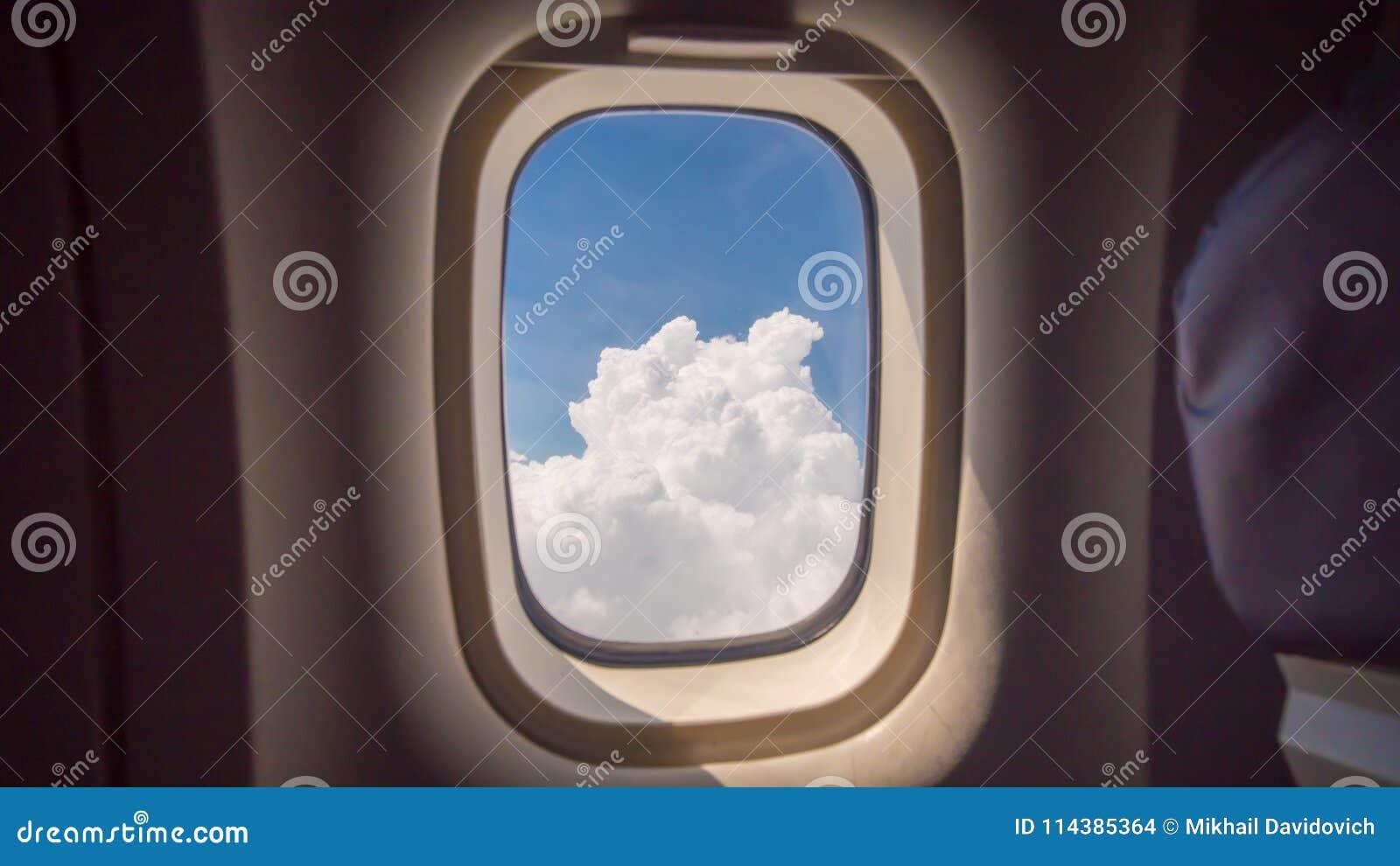 Облака и небо как увиденное до конца окно воздушного судна