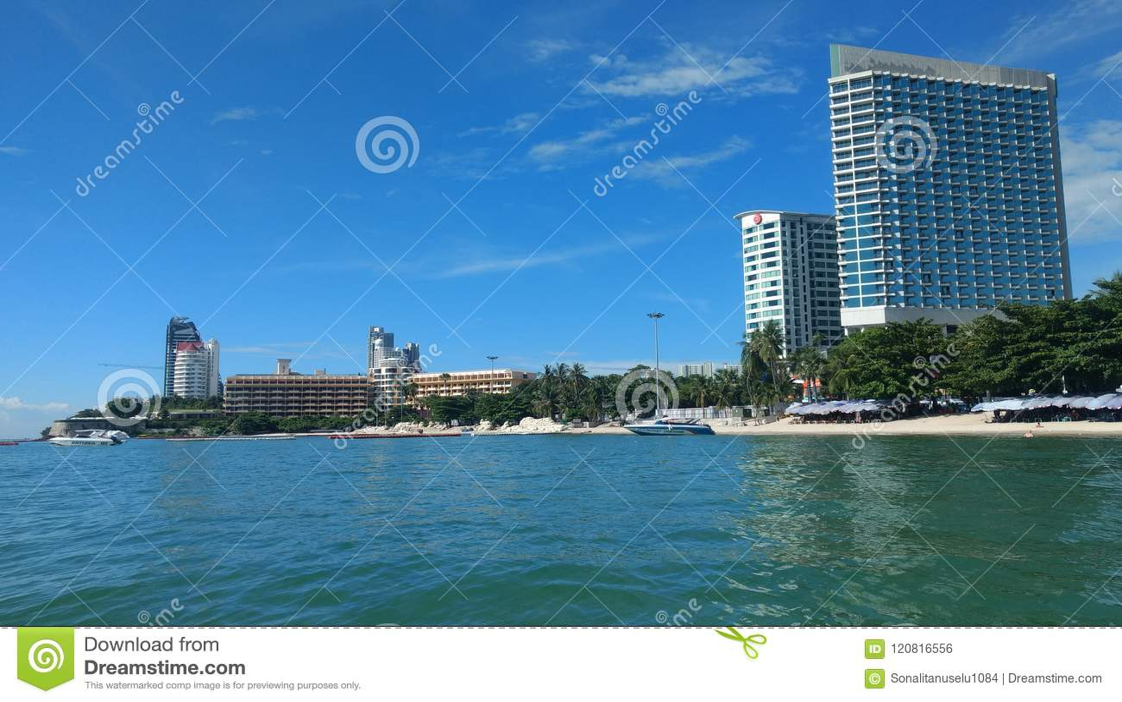 Облака на голубом небе с высокими зданиями небоскребов и обоями предпосылки океана,