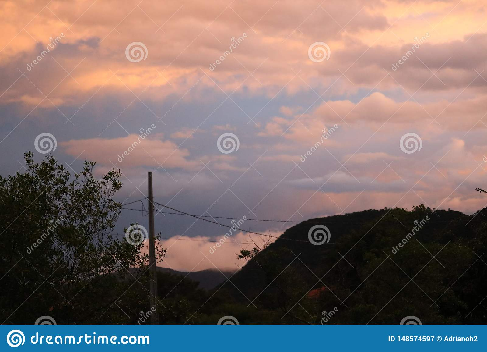 Облака на пляже захода солнца города горы