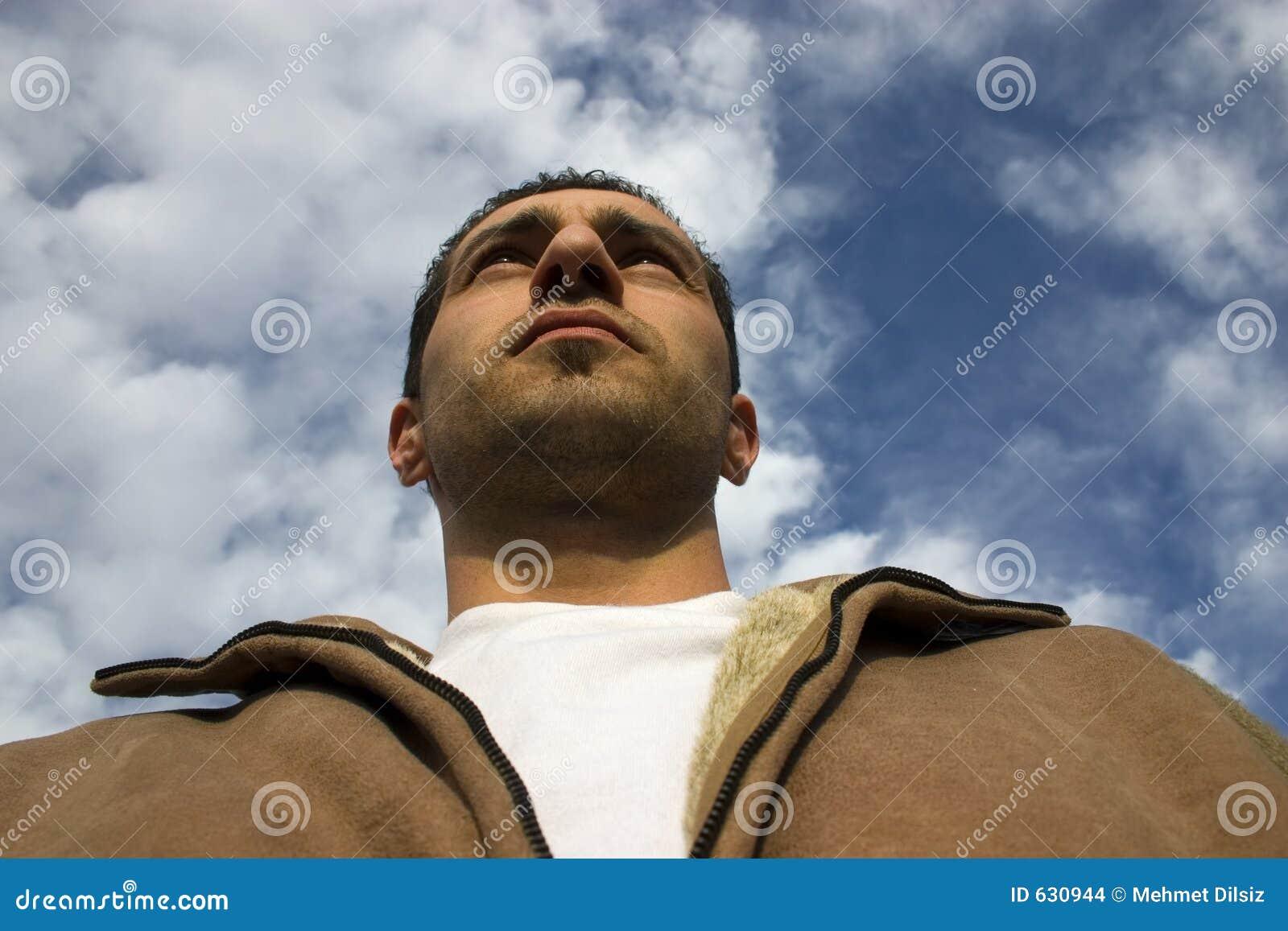 Download облака предпосылки смотря человека вверх Стоковое Фото - изображение насчитывающей concerned, глаз: 630944