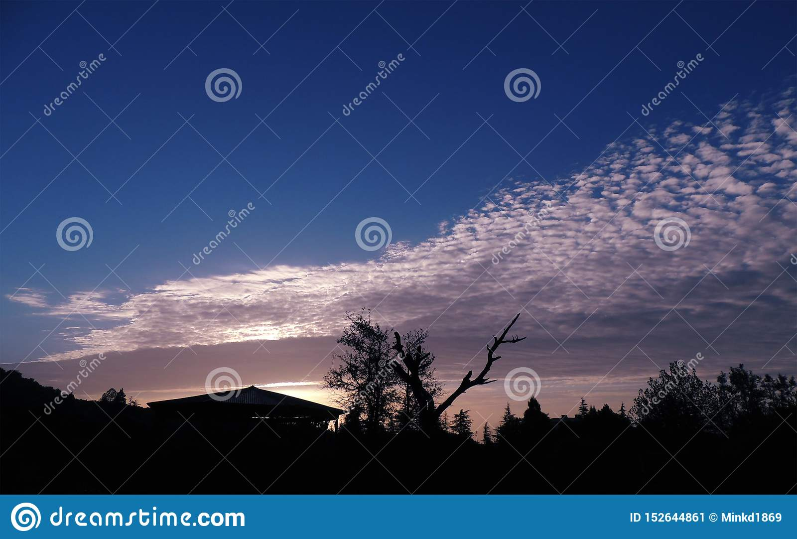 Облака циррокумулуса над горами Khirsu, Pauri Garhwal, Uttarakhand r