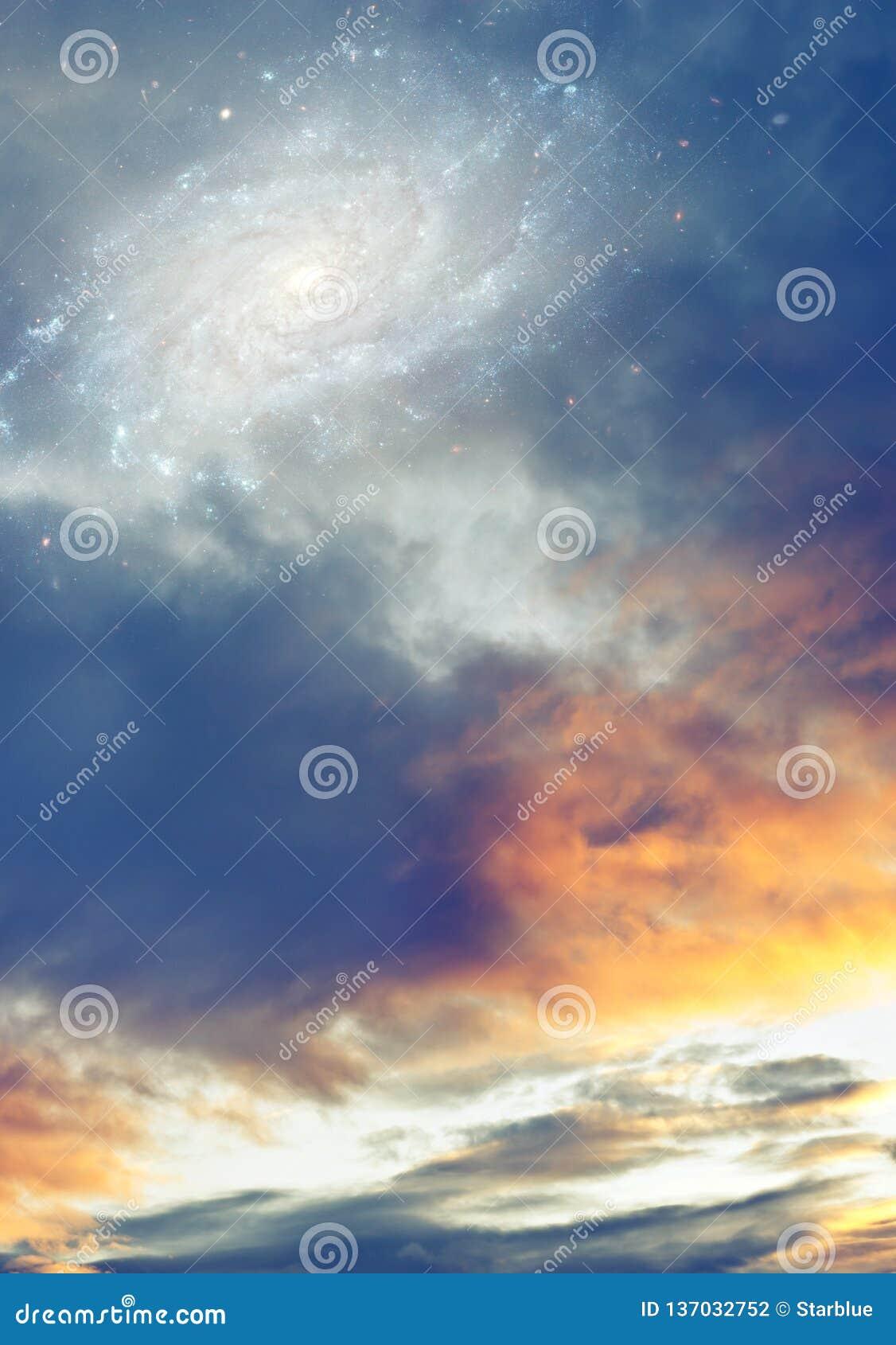 Облачное небо восхода солнца захода солнца с галактикой и звезды как фантазия, волшебная, религиозная, божественная предпосылка