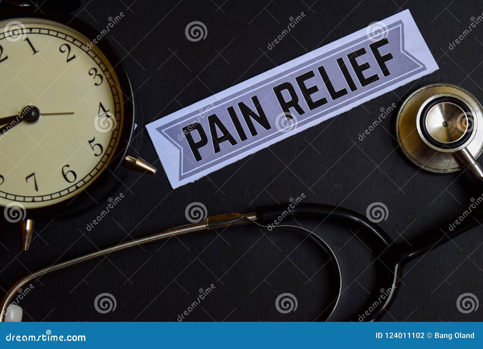 Облегчение боли на бумаге с воодушевленностью концепции здравоохранения будильник, черный стетоскоп