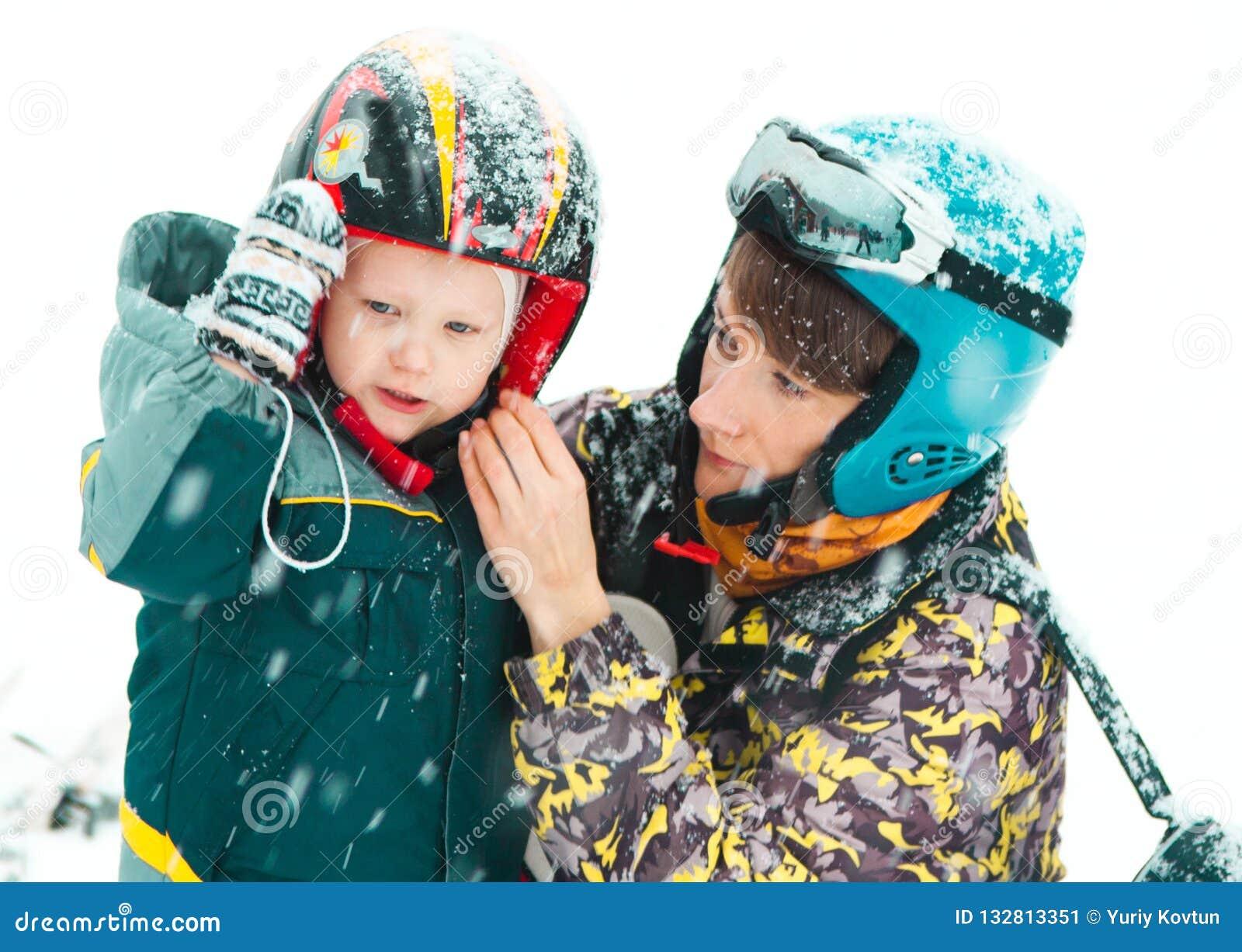 Обмундирование зимы лыжного курорта развлечений семьи