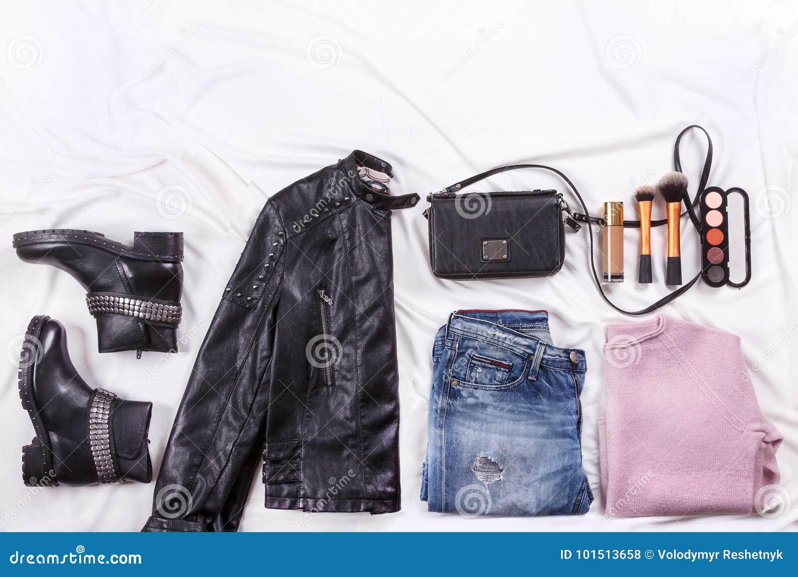 Обмундирование ` s блоггера моды осени Розовые шерсти связали кардиган, голубые джинсы от джинсовой ткани, черную сумку и космети