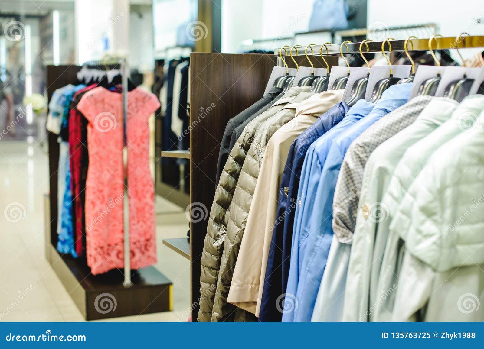 Обмундирования в магазине одежды женщин в торговом центре