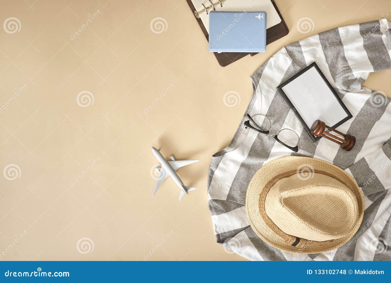 Обмундирования людей случайные с аксессуарами для перемещения во время каникул