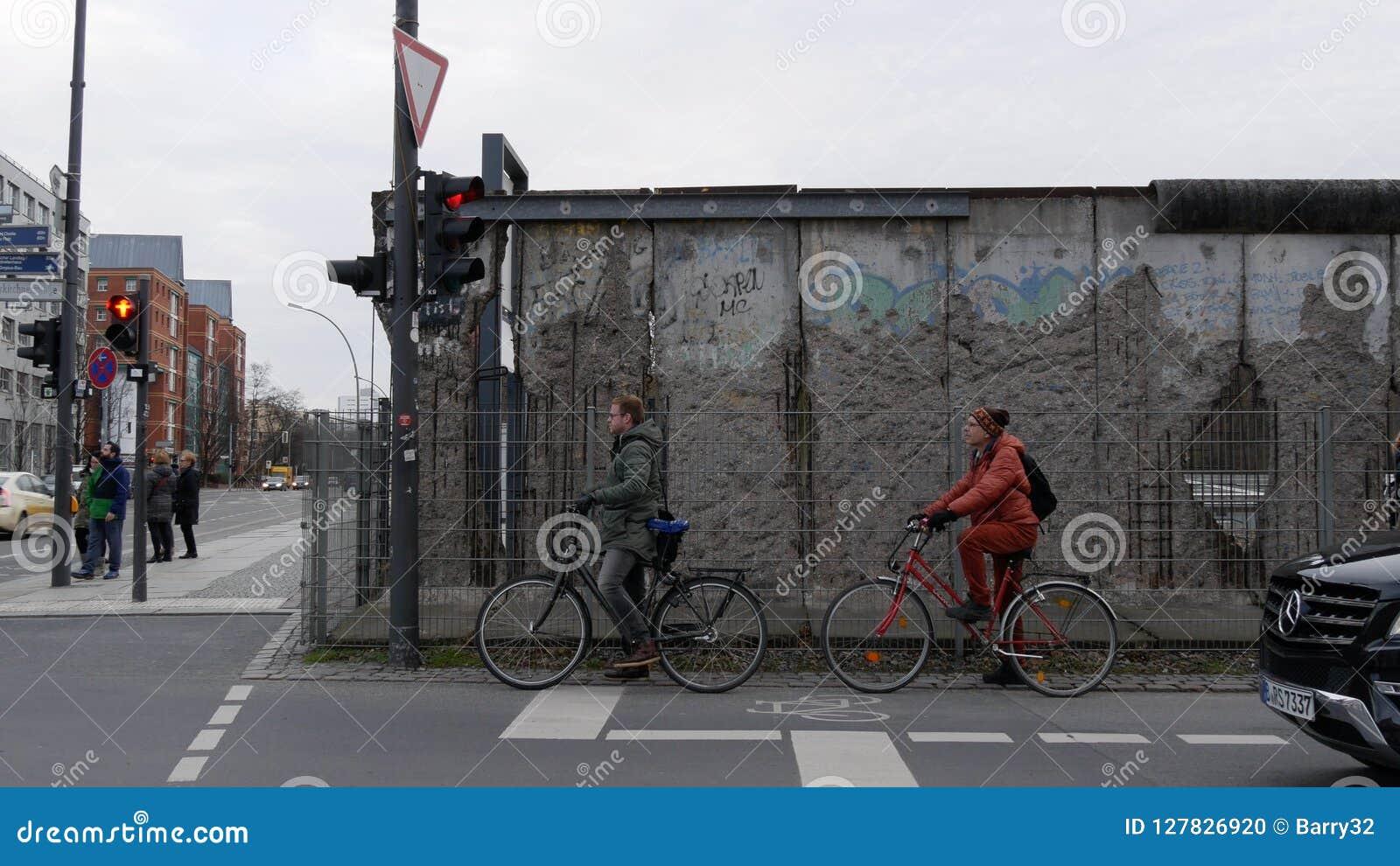 Обмылки Берлинской стены на Niederkirchnerstrasse около контрольно-пропускного пункта Чарли