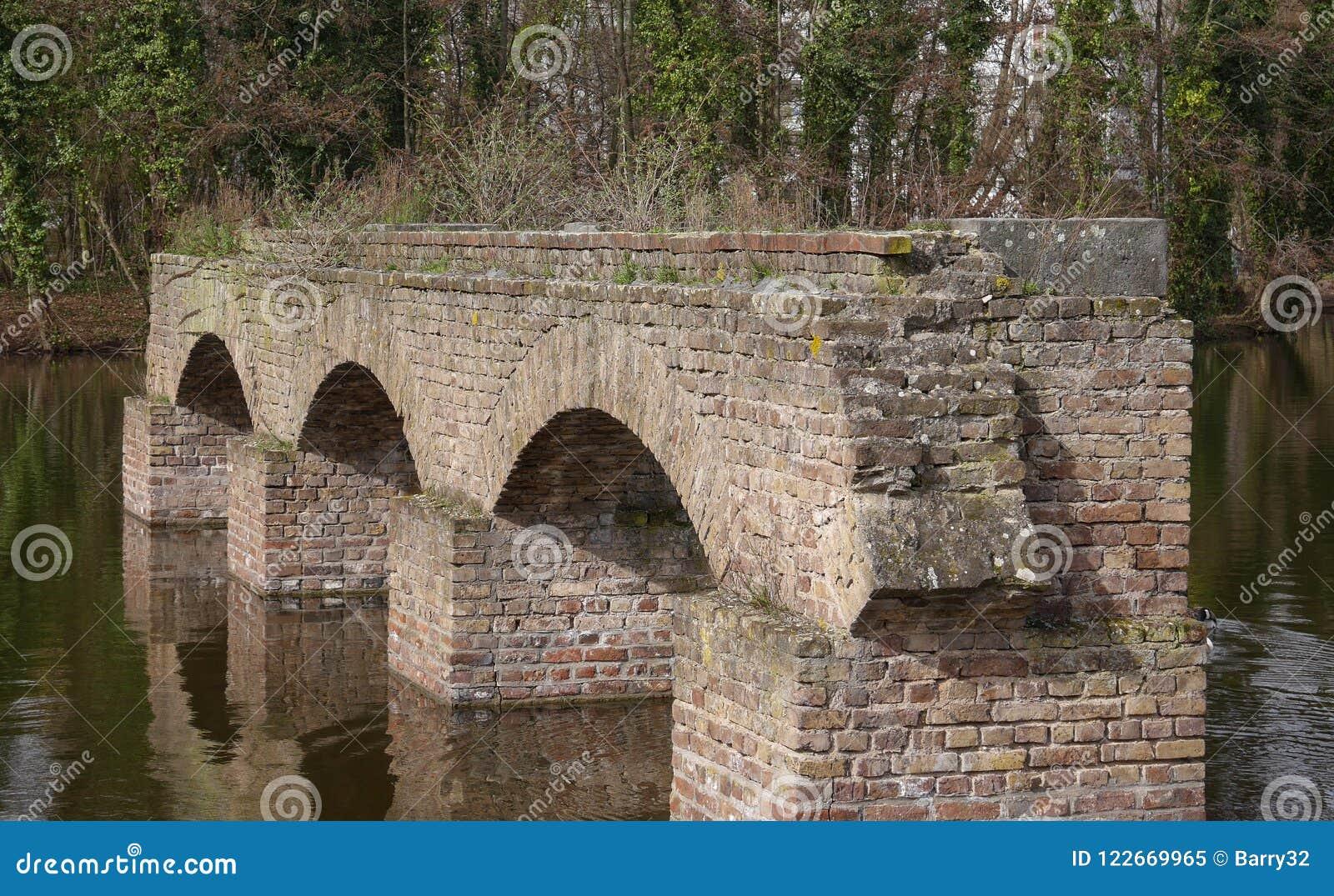Обмылки старого римского мост-водовода, в озере в Кёльне, Германия