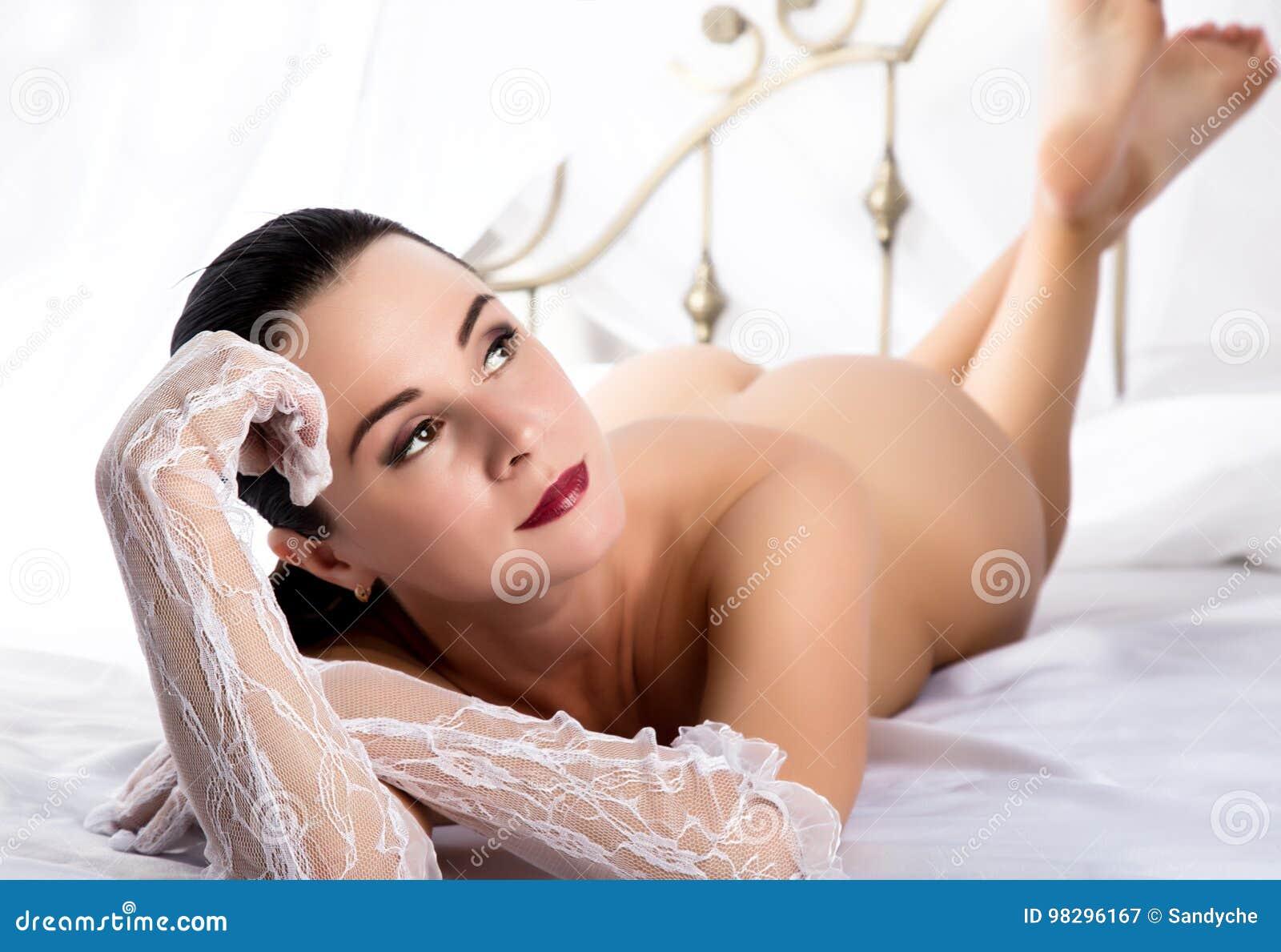 Обнаженные девушки в спальне и на свежем воздухе