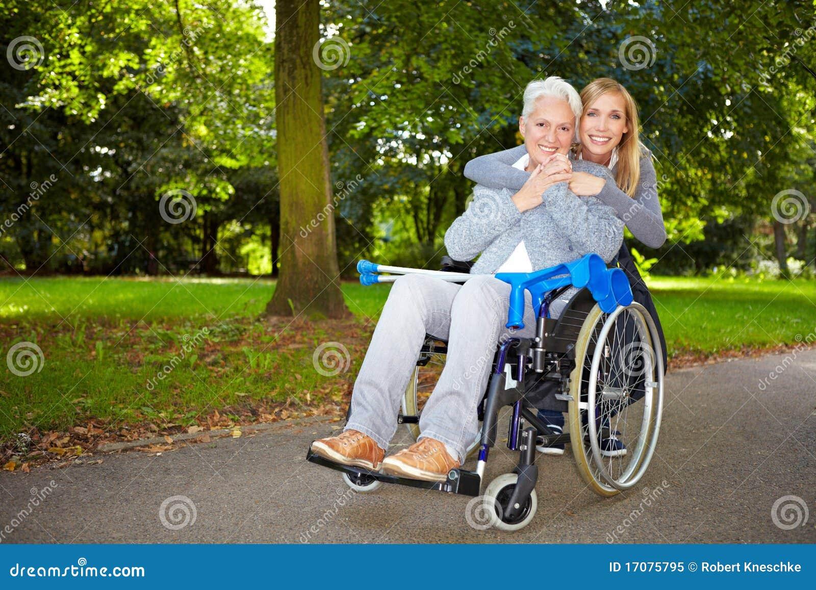 обнимать бабушку внучат