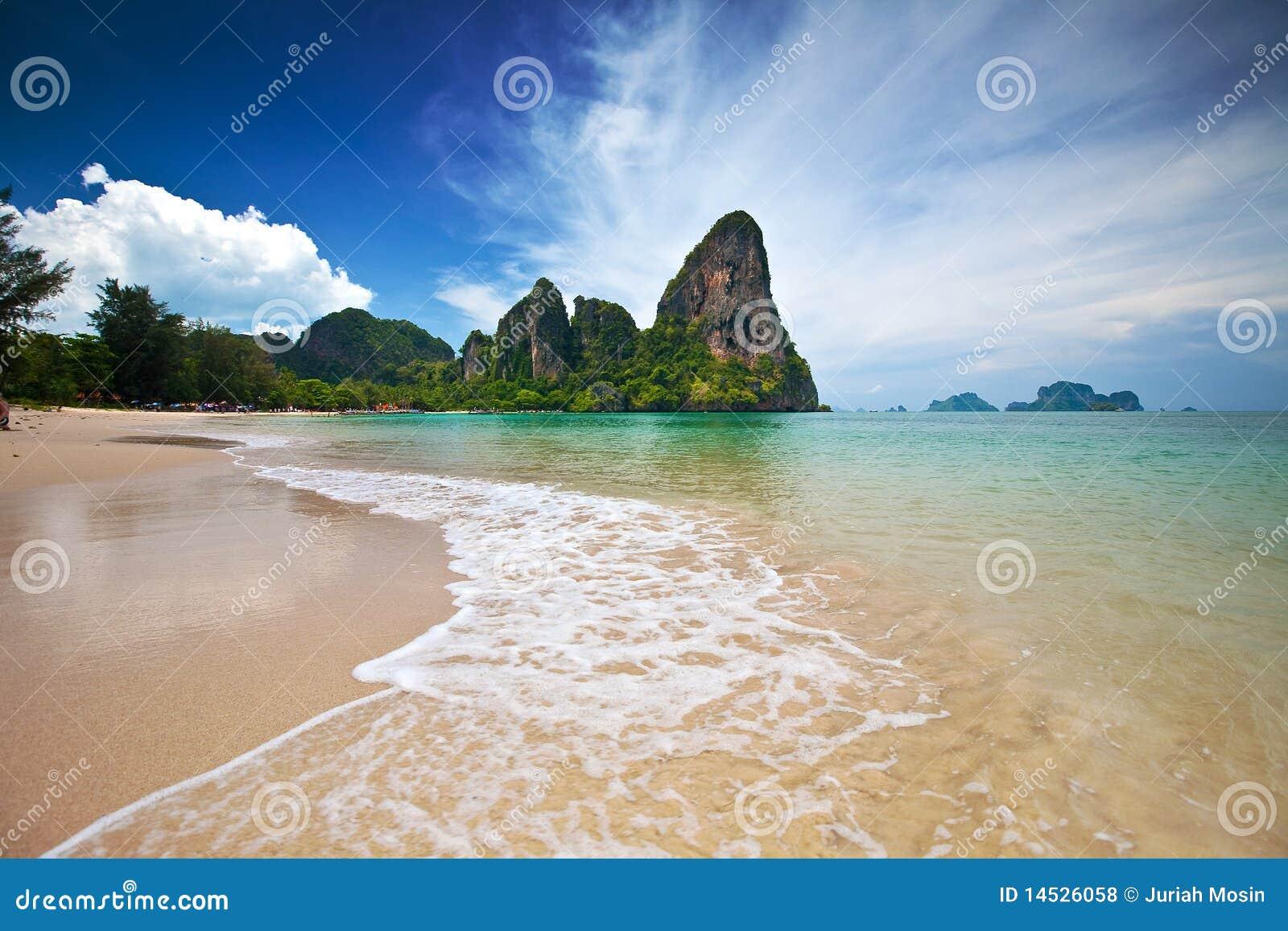 обозревать известняка krabi скал пляжа залива