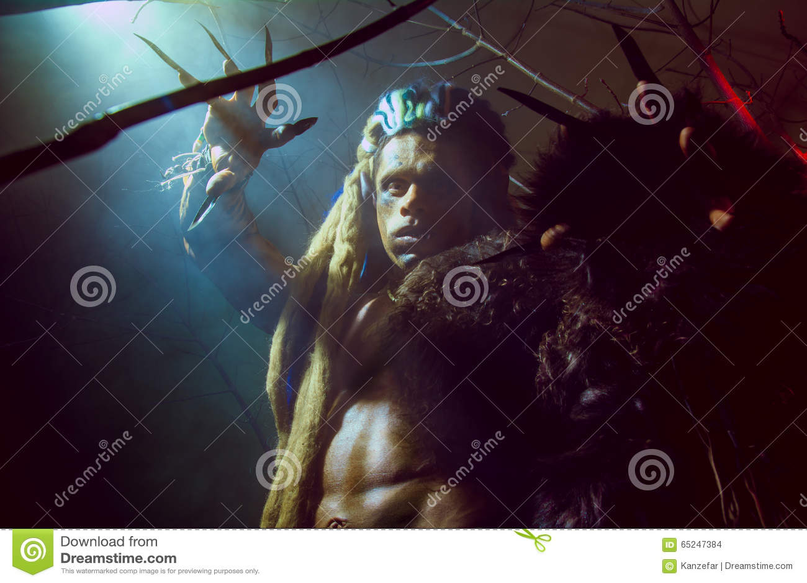Оборотень с длинными ногтями и нечестными зубами среди ветвей