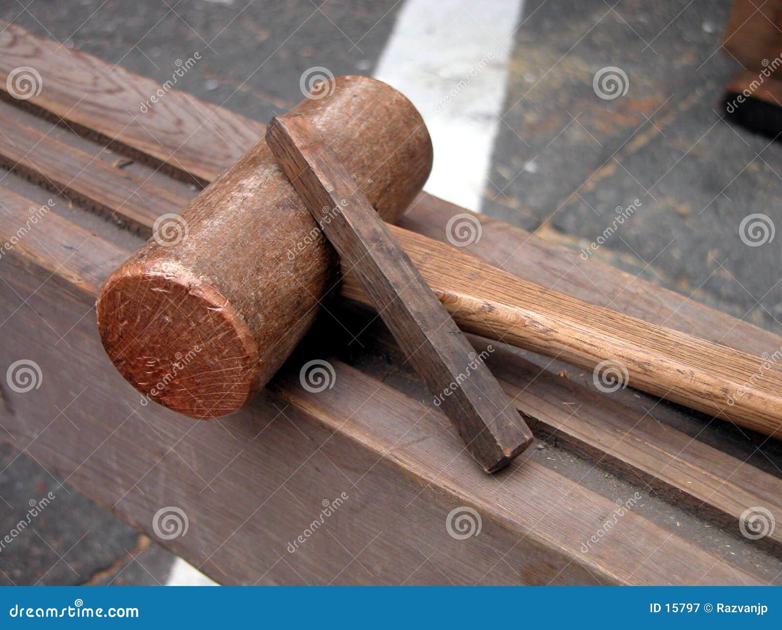 оборудует деревянное