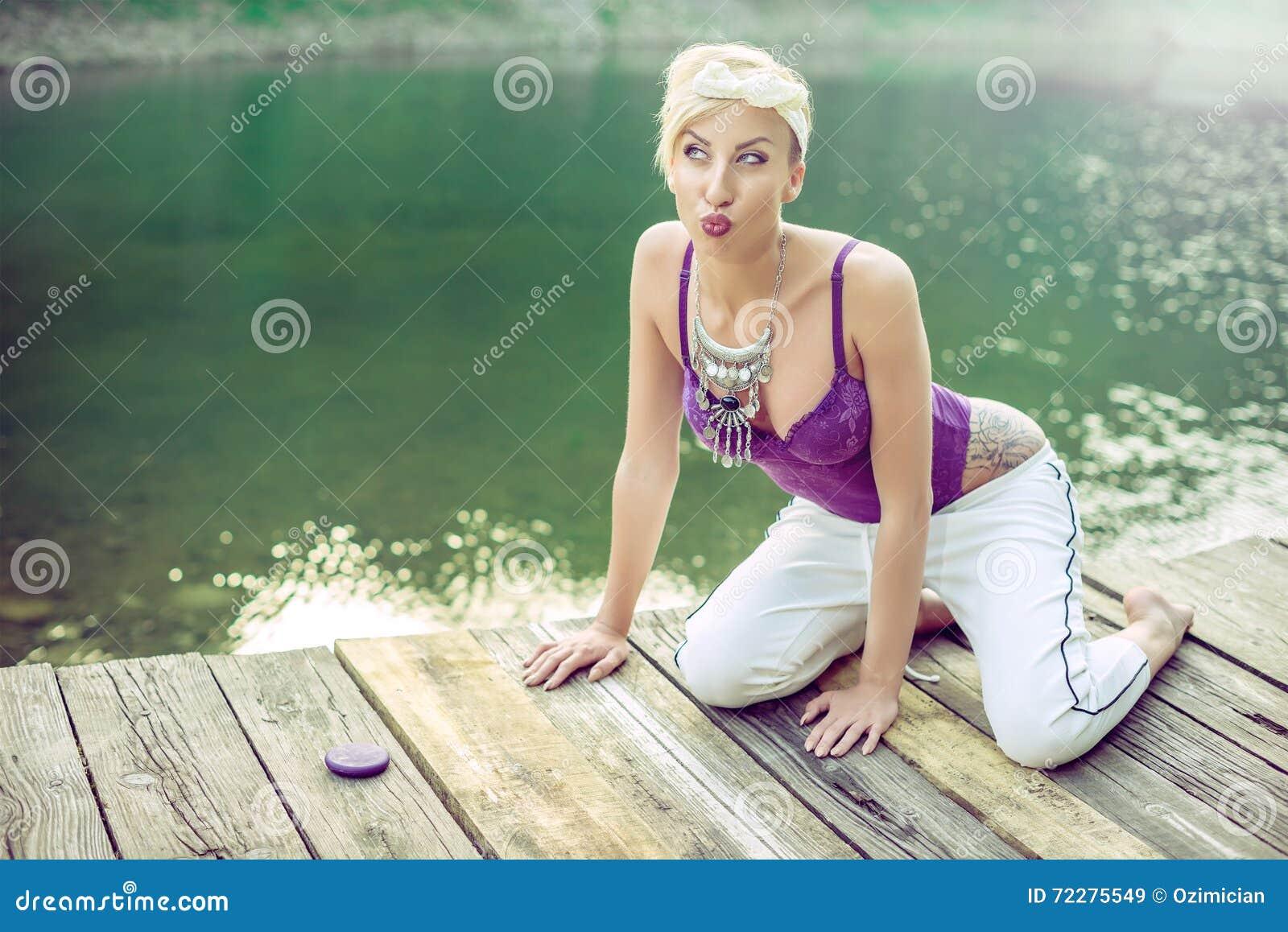 Download Обольстительная ретро женщина взгляда представляя на озере горы Стоковое Изображение - изображение насчитывающей aspiring, девушка: 72275549