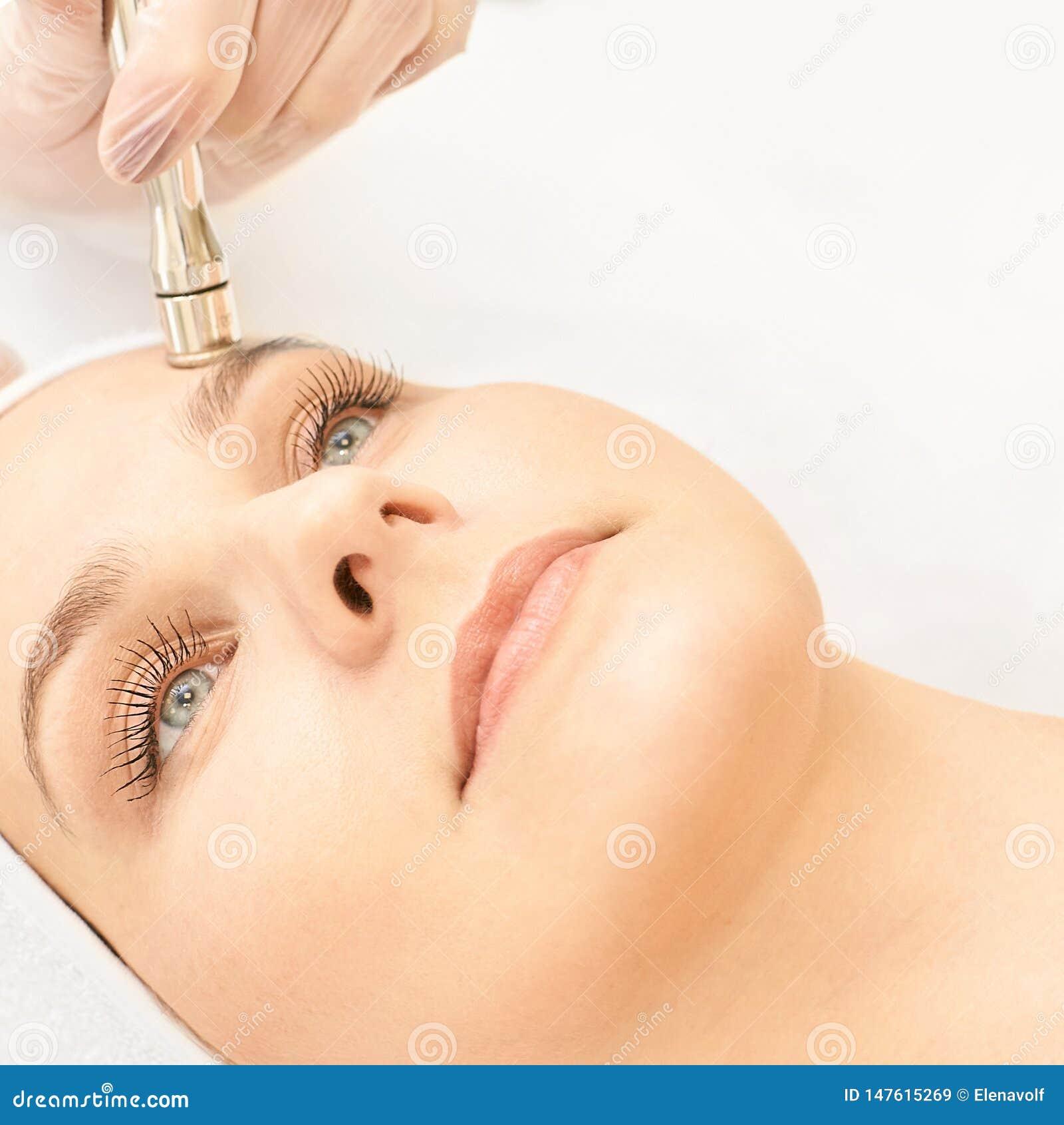 Обработка стороны косметологии Терпеливая маленькая девочка Оборудование салона косметическое Кожа диаманта дерматологии чистая