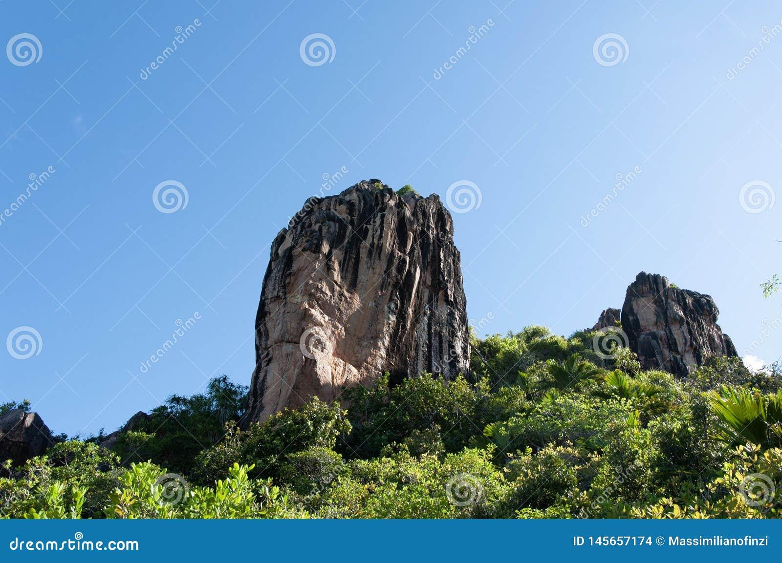 Образование лавы каменное, монолит, в природном парке острова curieuse, Сейшельские островы