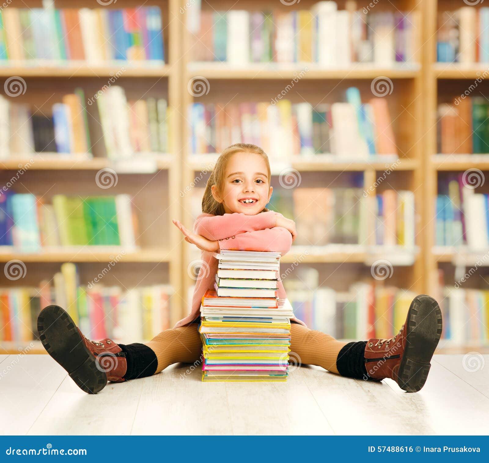 Образование ребенк школы, детские книги, студент маленькой девочки