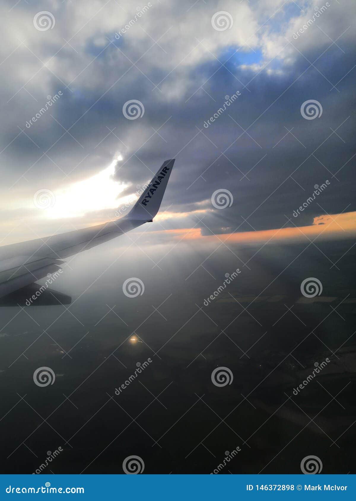 Образование Strang окна аэроплана облаков