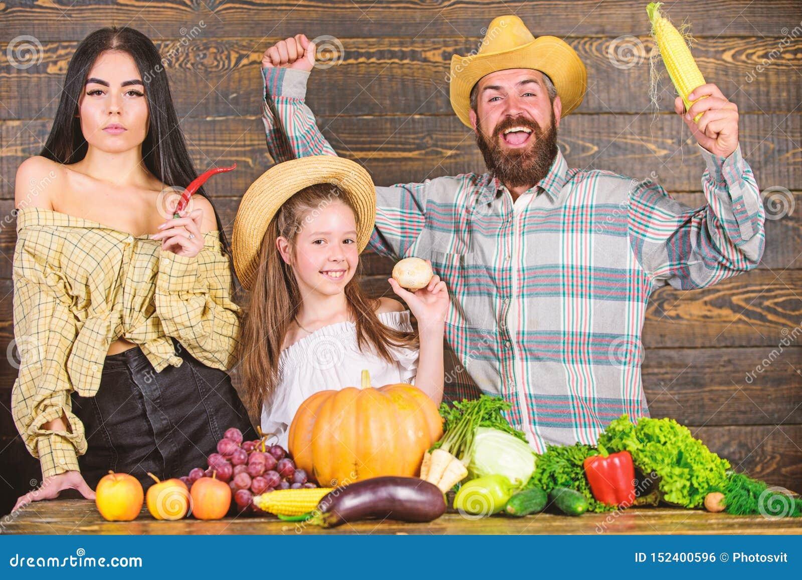Образ жизни семьи сельской местности Рынок фермы с концепцией фестиваля фермы семьи сбора падения Фермер человека бородатый дерев