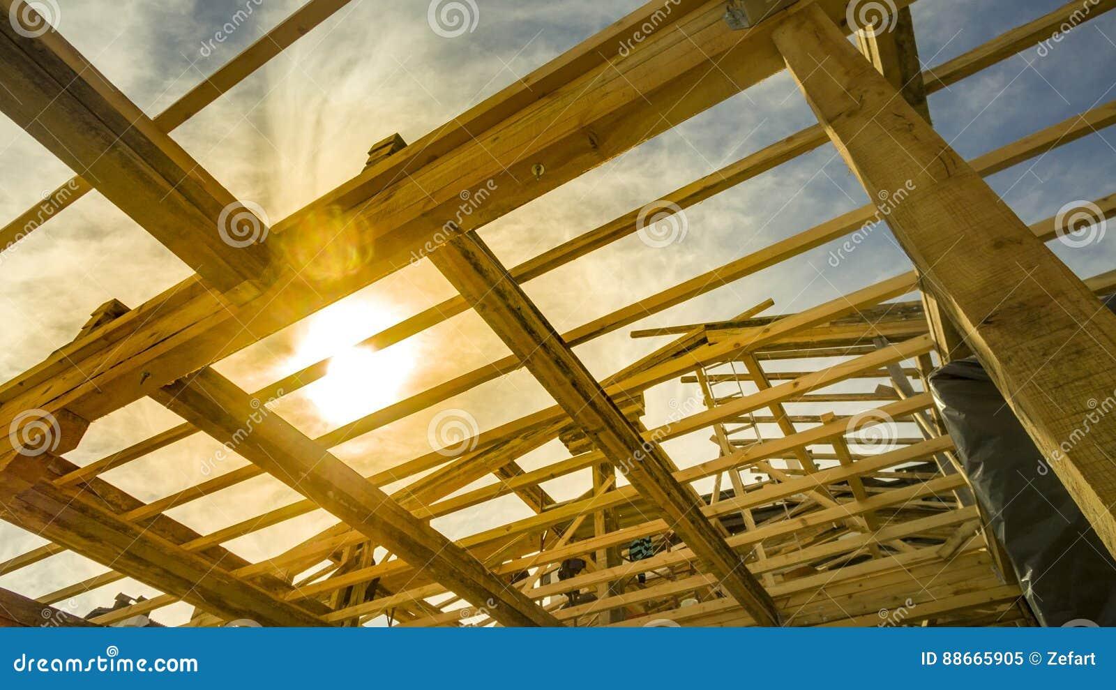 Обрамлять нового жилищного строительства домашний против захода солнца