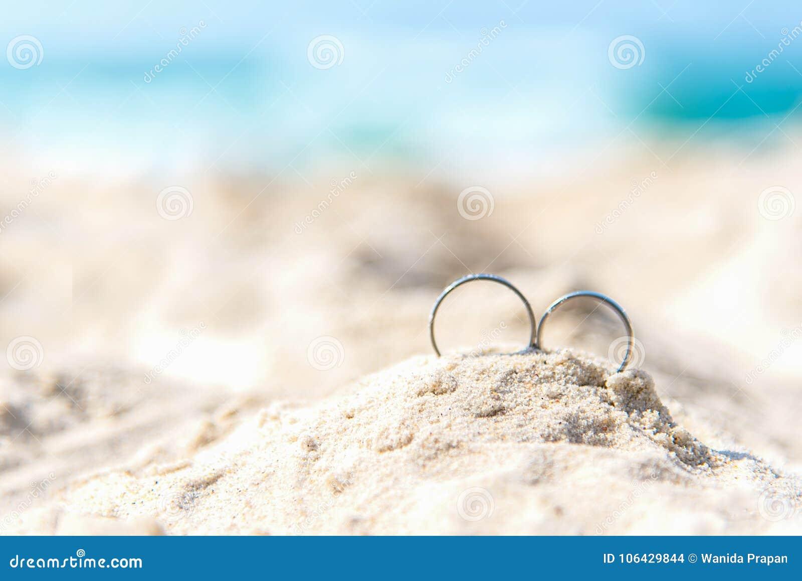 Обручальные кольца для любовника пар на песчаном пляже Обручальные кольца в каникулах медового месяца в тропиках сердце принципиа