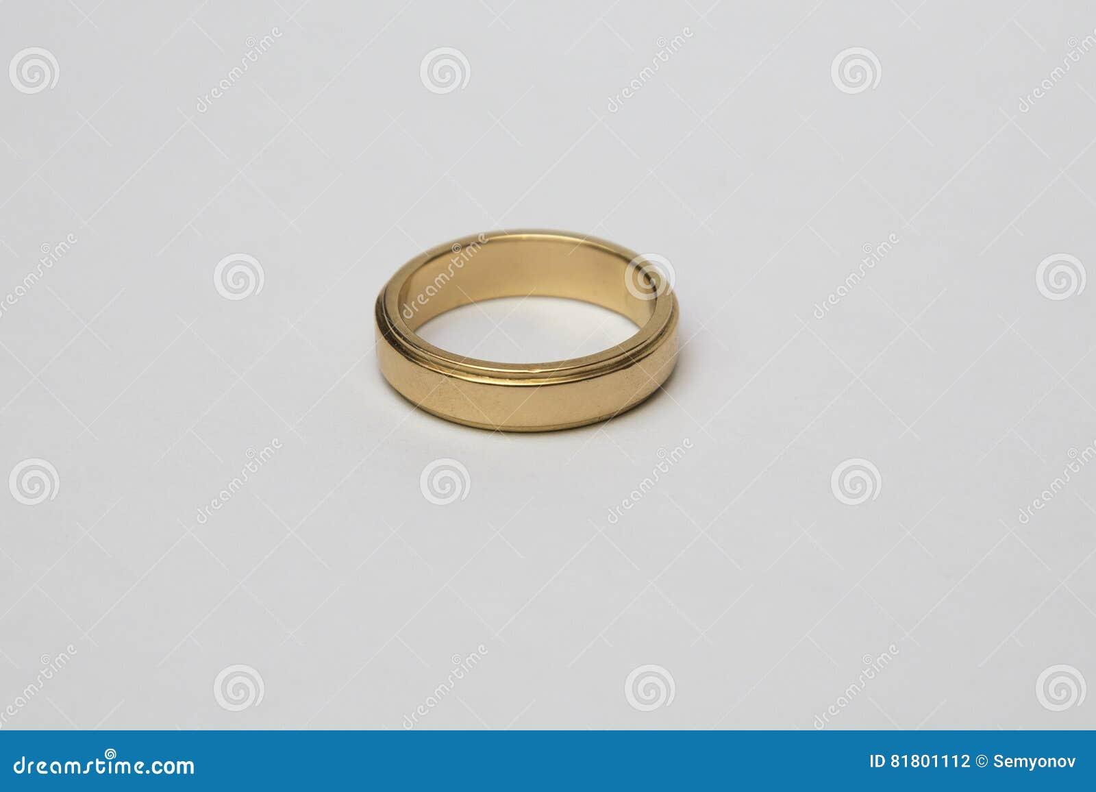 Обручальное кольцо желтого золота при диаманты изолированные на белизне