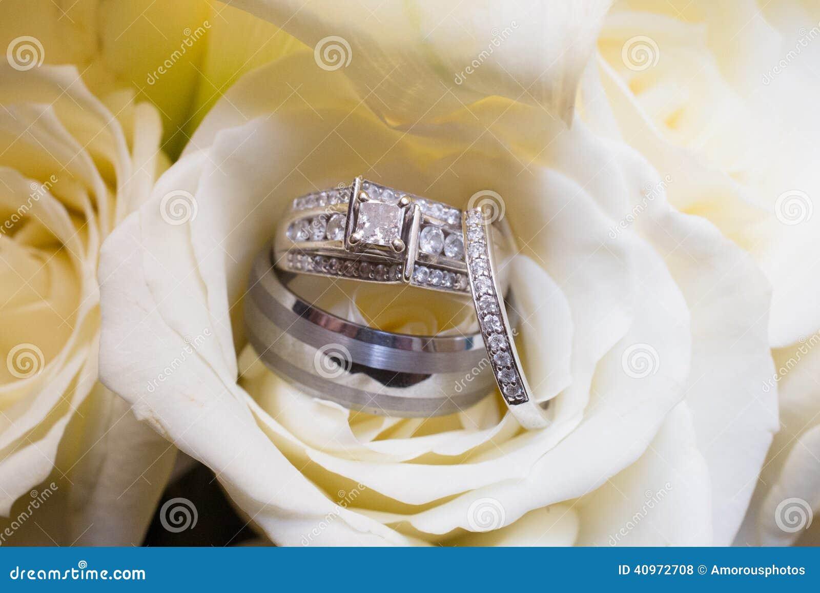 Обручальные кольца в подняли