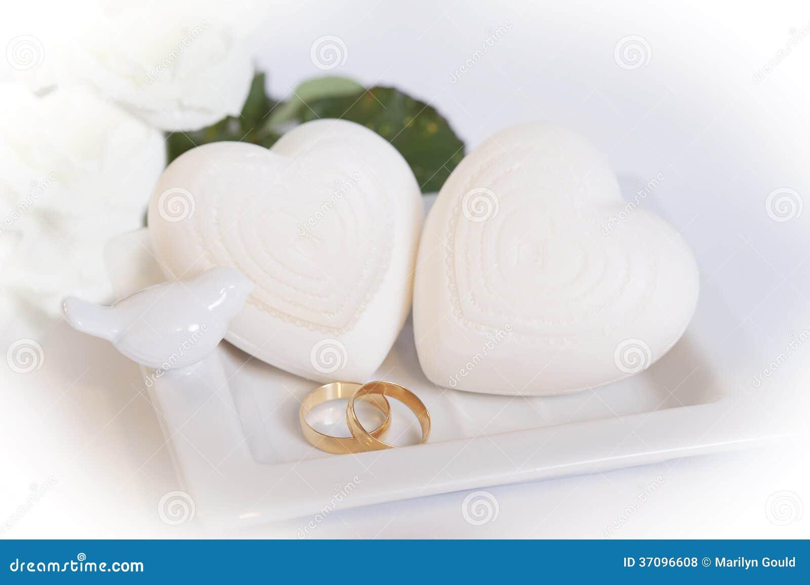 2 обручальные кольца и сердца золота