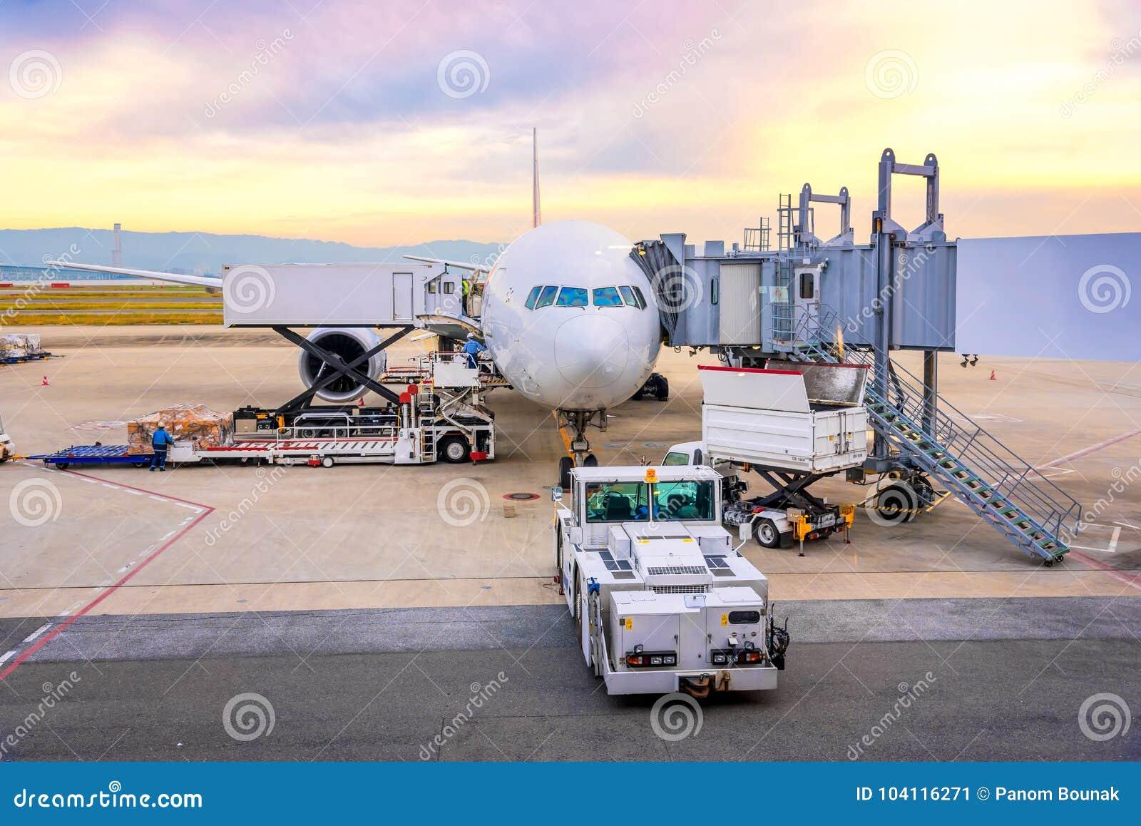 Обслуживание пандуса авиапорта для для посадки коммерчески самолета