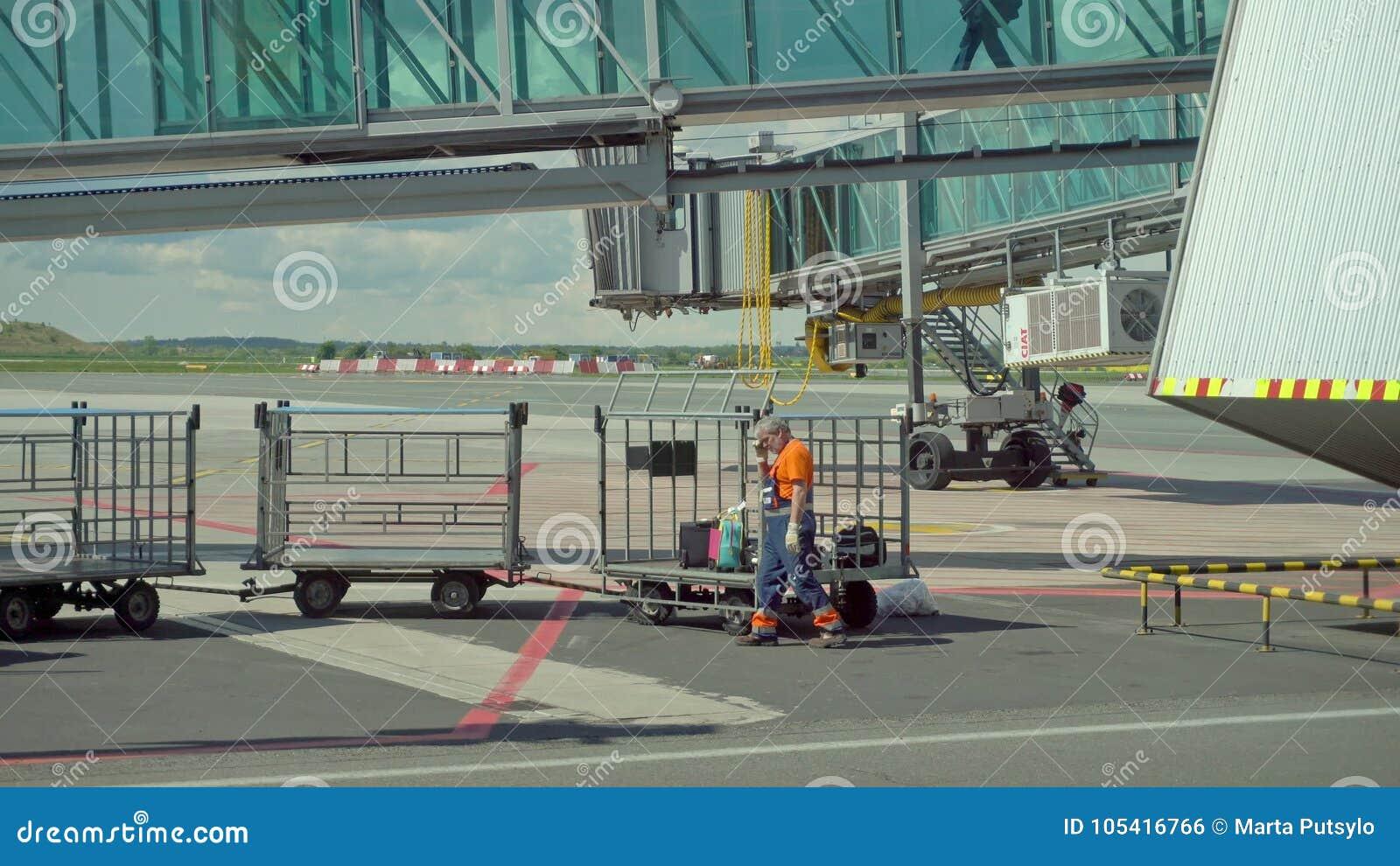 Обслуживать реактивный двигатель воздушных судн на авиапорте